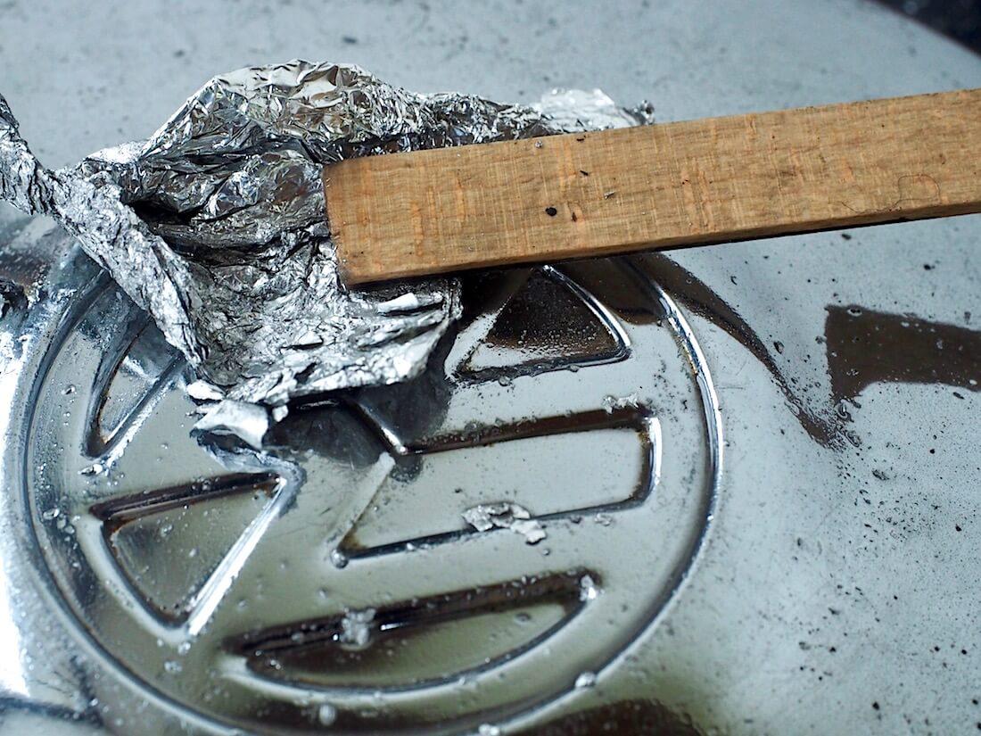 Pölykapselin prässätyn merkin kulmien kiillottaminen alumiinifoliolla ja coca-colalla. Kuva: Kai Lappalainen. Lisenssi: CC-BY-40.