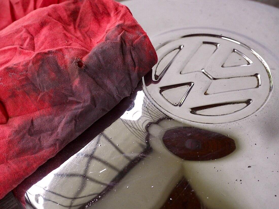 Coca-colalla ja alumiinifoliolla kiillotetun pölykapselin viimeistely Autosolin metal polish kromitahnalla. Kuva: Kai Lappalainen. Lisenssi: CC-BY-40.