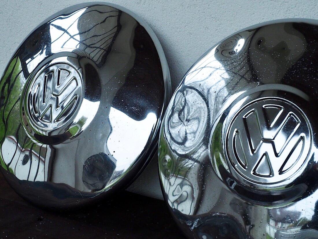 Autosol kromitahnalla ja coca-colalla sekä alumiinifoliolla kiillotetut pölykapselit rinnakkain. Kuva: Kai Lappalainen. Lisenssi: CC-BY-40.