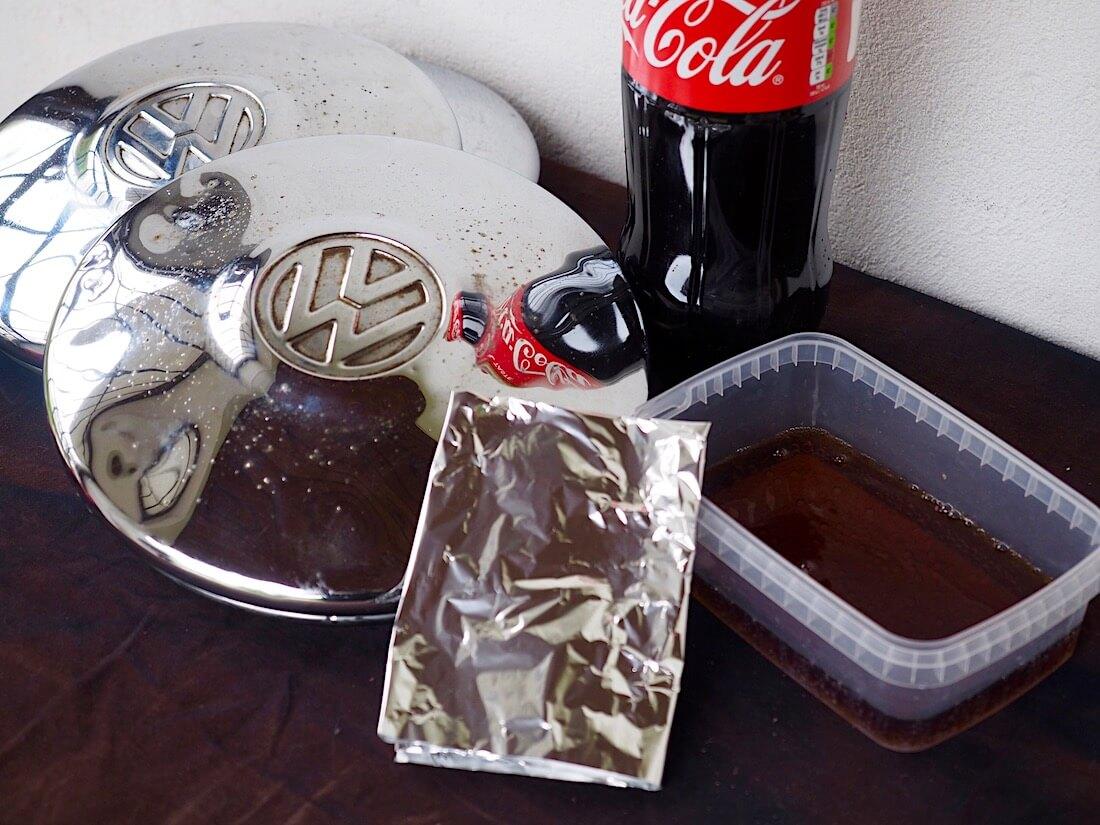 Taiteltua alumiinifoliota ja coca-colaa astiassa kromin kiillottamiseksi. Kuva: Kai Lappalainen. Lisenssi: CC-BY-40.