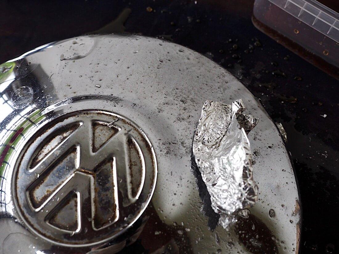 Kromatun pölykapselin kiillottaminen coca-colalla ja alumiinifoliolla. Kuva: Kai Lappalainen. Lisenssi: CC-BY-40.