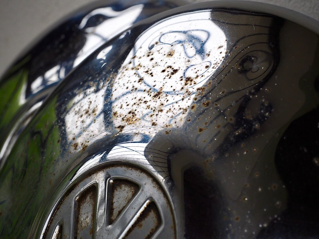 '66-'67 Volkswagen kuplavolkkarin hapettunut pölykapseli ennen kiillottamista kromitahnalla ja coca-colalla. Kuva: Kai Lappalainen. Lisenssi: CC-BY-40.