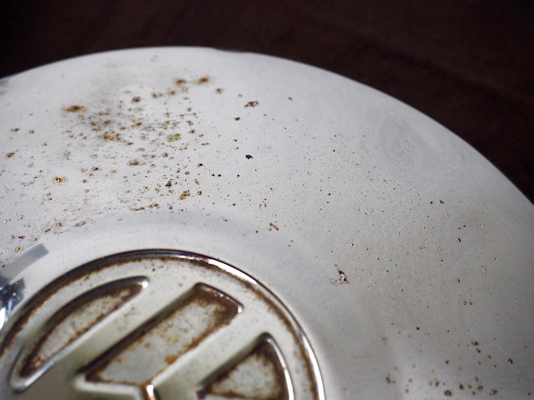 Autosol krominkiillotustahnalla osittain kiillotettu pölykapseli. Kuva: Kai Lappalainen. Lisenssi: CC-BY-40.
