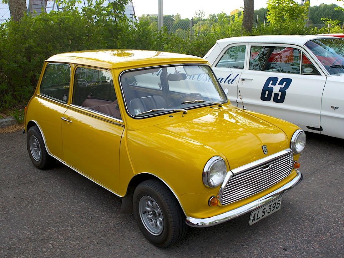Morris Mini parkkipaikalla. Kuva: Kai Lappalainen. Lisenssi: CC-BY-40.