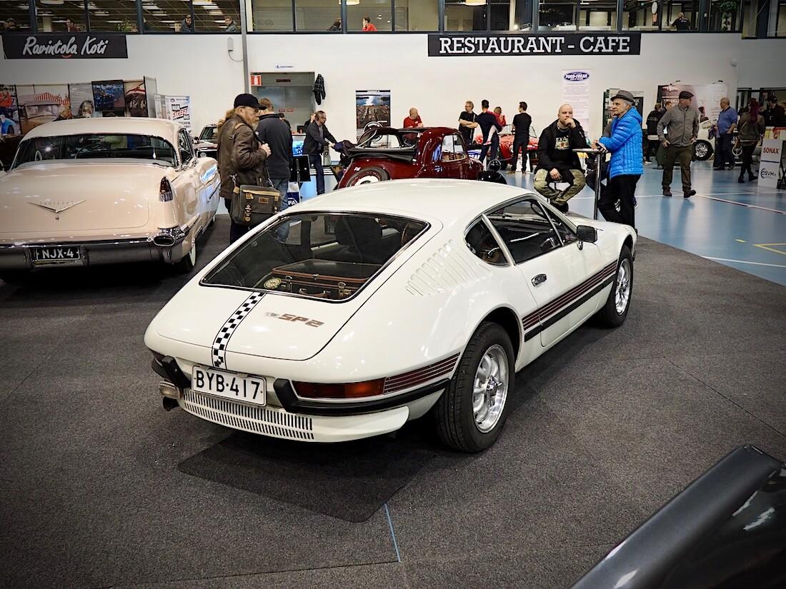 Valkoinen 1973 Volkswagen SP2 urheiluauto Lahden Classic MotorShow:ssa. Kuva: Kai Lappalainen. Lisenssi: CC-BY-40.