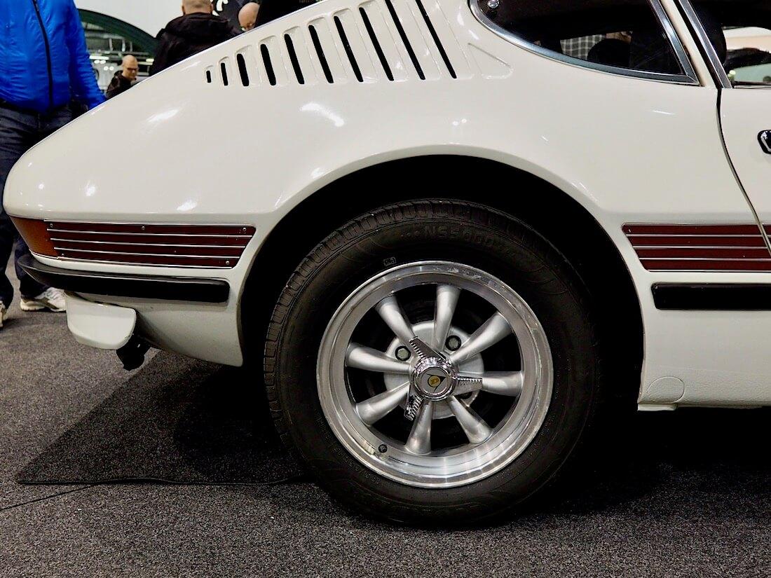 Empin 8-puolainen replica-vanne spinnereineen sopii hyvin Volkswagen SP2 autoon. Kuva: Kai Lappalainen. Lisenssi: CC-BY-40.