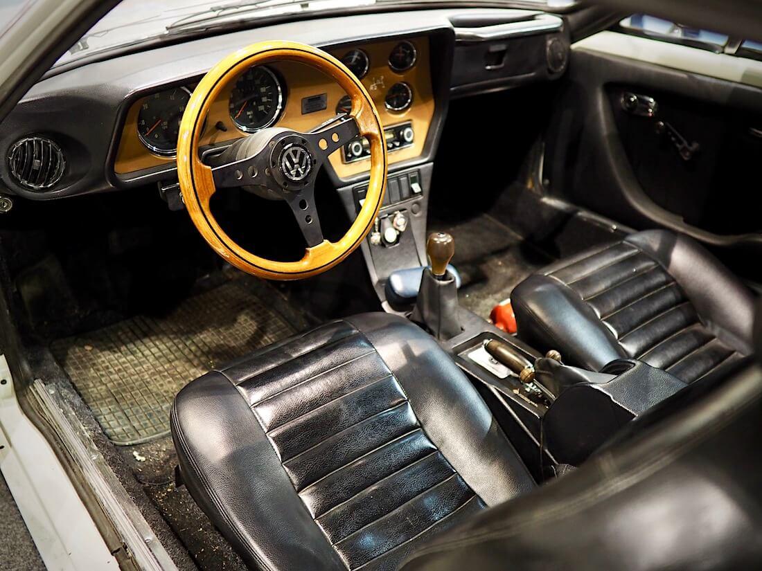 1973 VOlkswagen SP2 urheiluauton musta vinyylisisusta, puuratti ja kojelauta lisämittareineen. Kuva: Kai Lappalainen. Lisenssi: CC-BY-40.