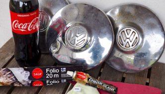 Coca-colaa, alumiinifoliota ja Autosolin chrom glans -krominkiillotustahnaa ja 1967 kuplavolkkarin ruosteisia pölykapseleita. Kuva: Kai Lappalainen. Lisenssi: CC-BY-40.