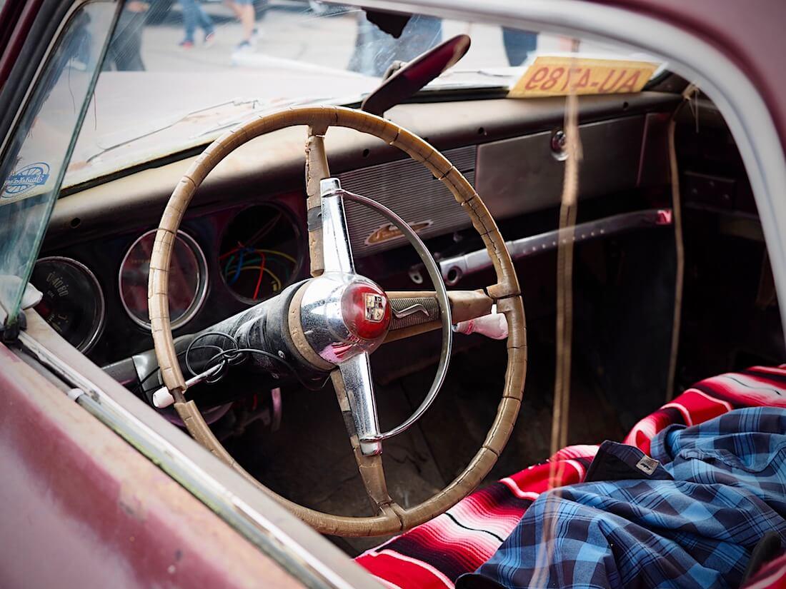 1950 Studebaker Commanderin kojelauta, ratti ja mittaristot. Kuva: Kai Lappalainen. Lisenssi: CC-BY-40.