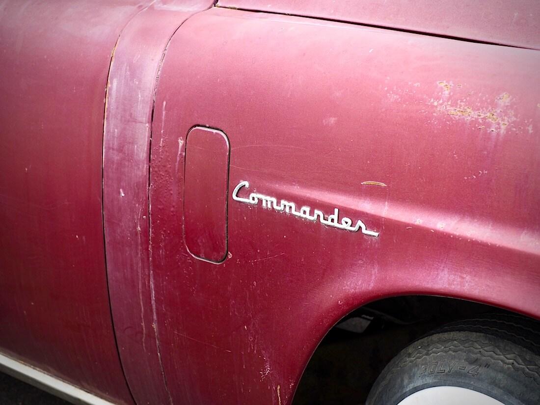 1950 Studebakerin Commander merkki. Kuva: Kai Lappalainen. Lisenssi: CC-BY-40.