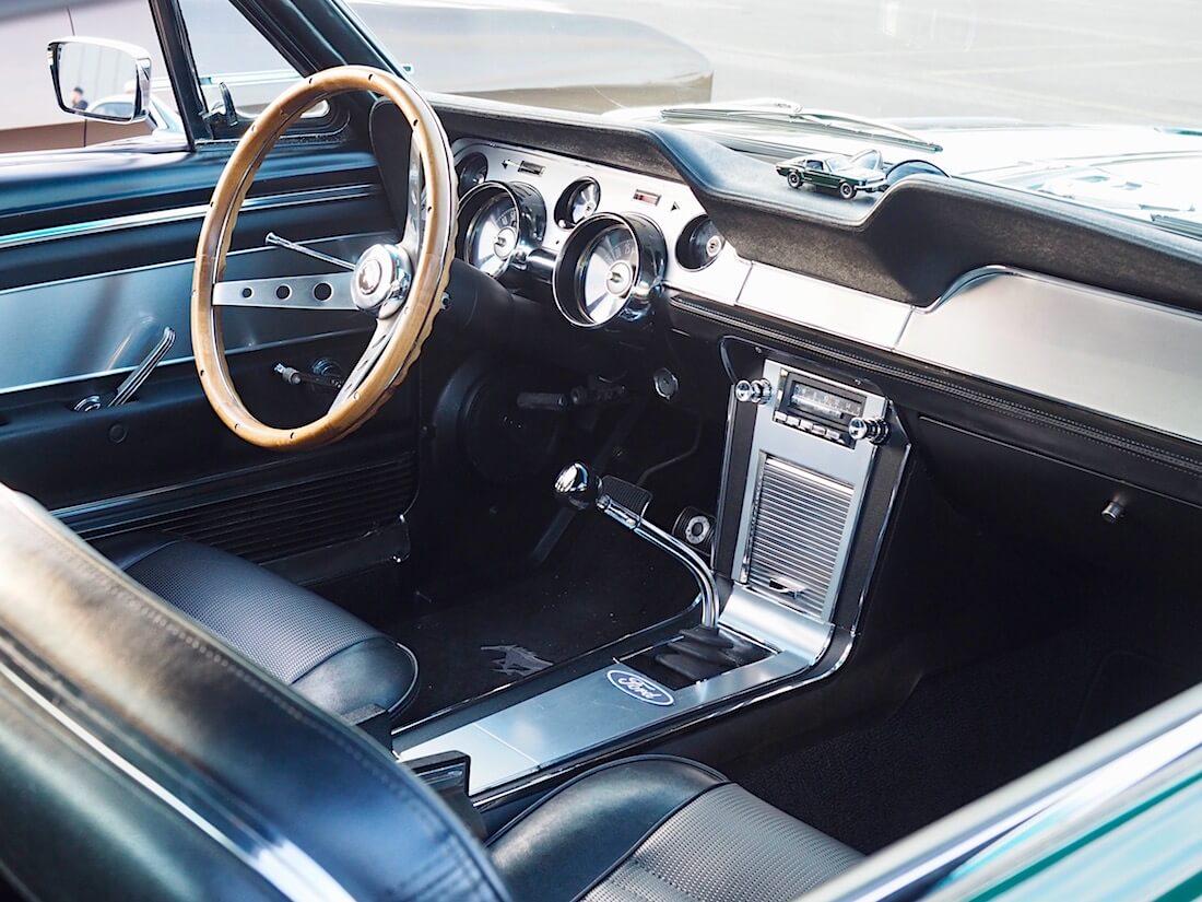 1967 Ford Mustang GT musta deluxe-sisustus
