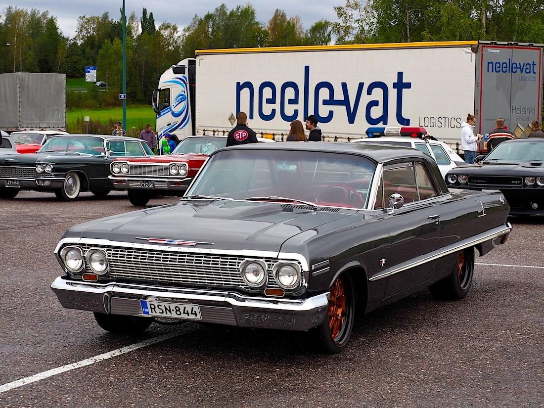 1963 Chevrolet Impala Super Sport parkkipaikalla