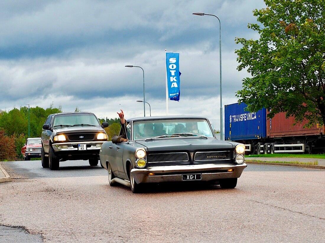 1963 Pontiac Bonneville 4d HT.