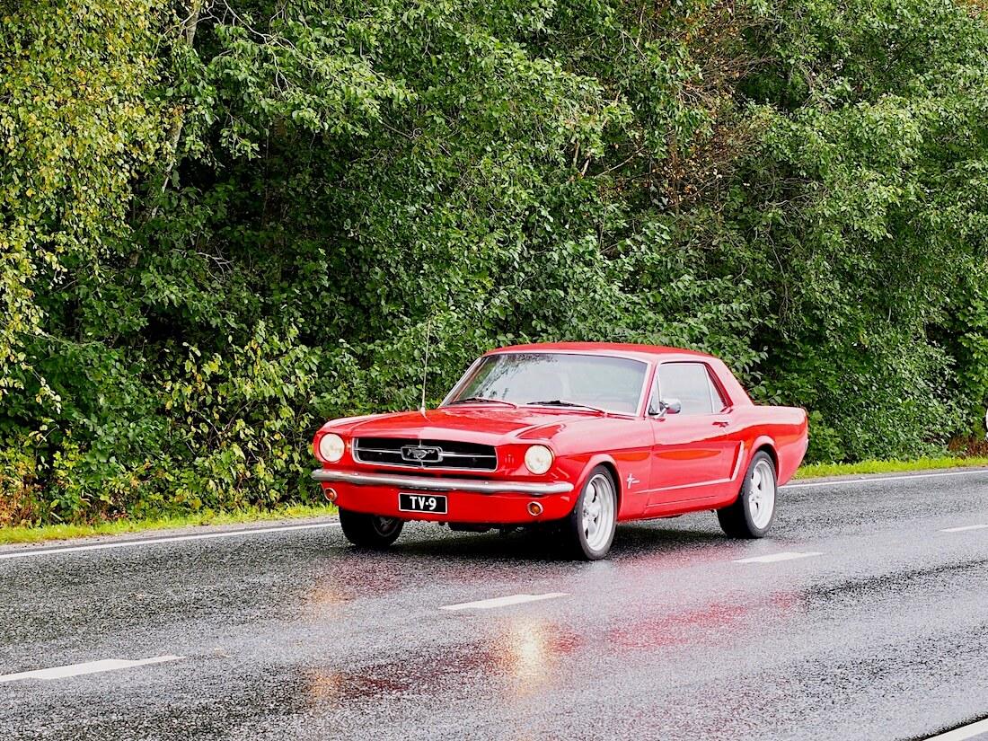 Punainen 1964½ Ford Mustang 302cid V8