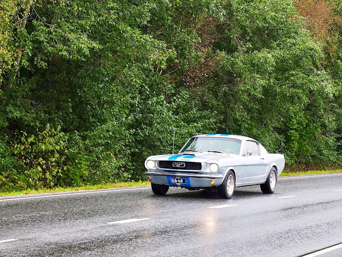 1966 Ford Mustang Fastback 289cid saapuu Karjaalle. Moni taisi tänä vuonna säätiedostusta katsottuaan tehdä päätöksen jäädä kotiin, mutta autothan on tehty ajettaviksi, satoi tai paistoi.
