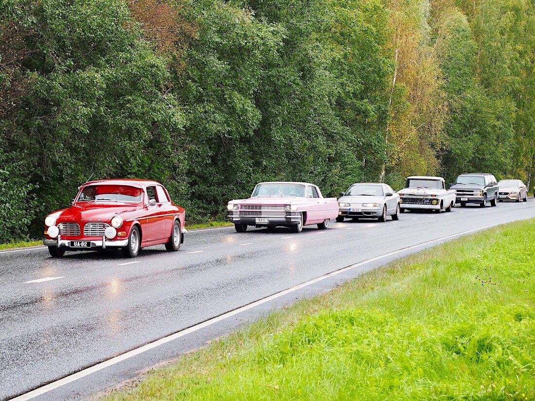 1970 Volvo Amazon ja pinkki 1964 Cadillac