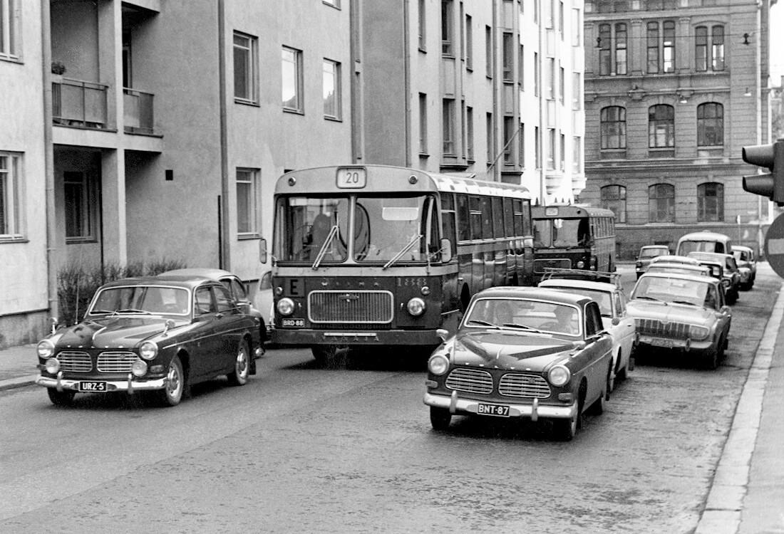 Kaksi Volvo Amazonia Aabrahaminkadun ja Kalevankadun risteyksessä syksyllä 1967.