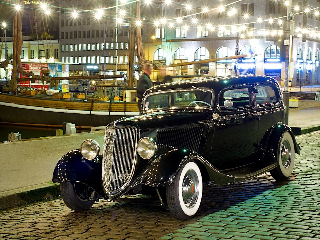 Musta 1934 Ford Model 40B V-8 Sedan