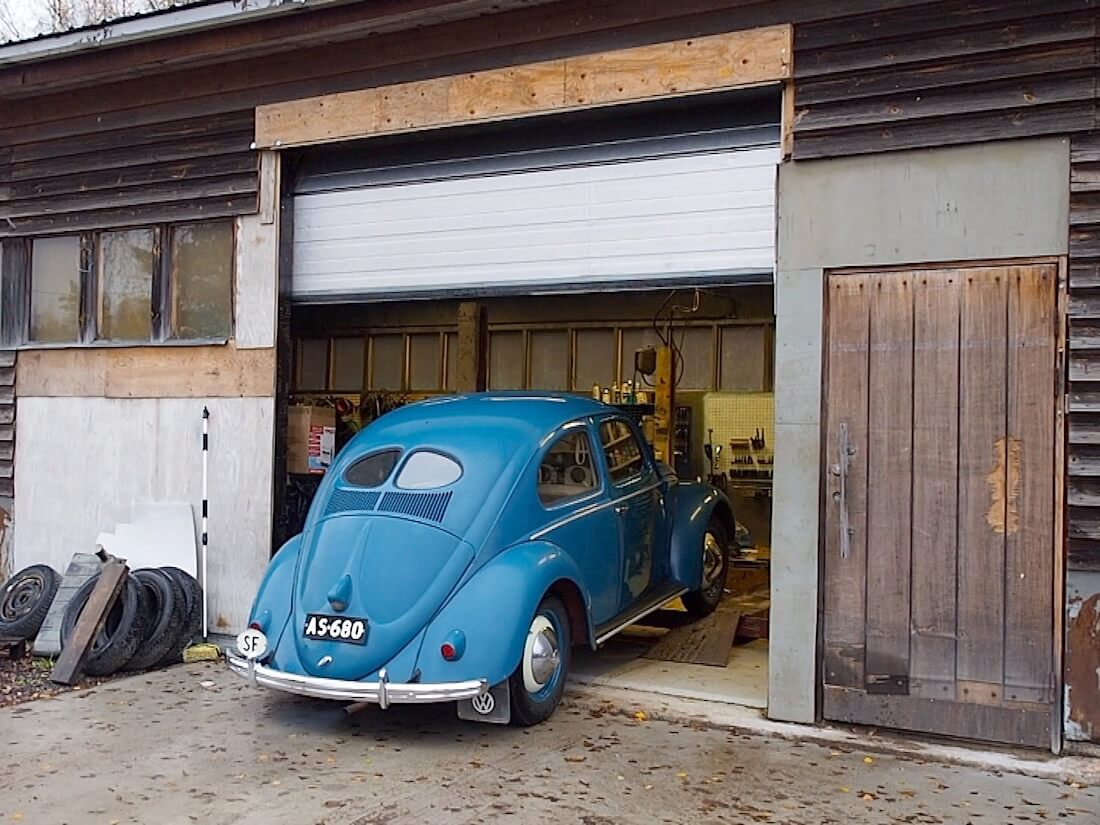 1951 VW kupla peruutetaan ulos tallista