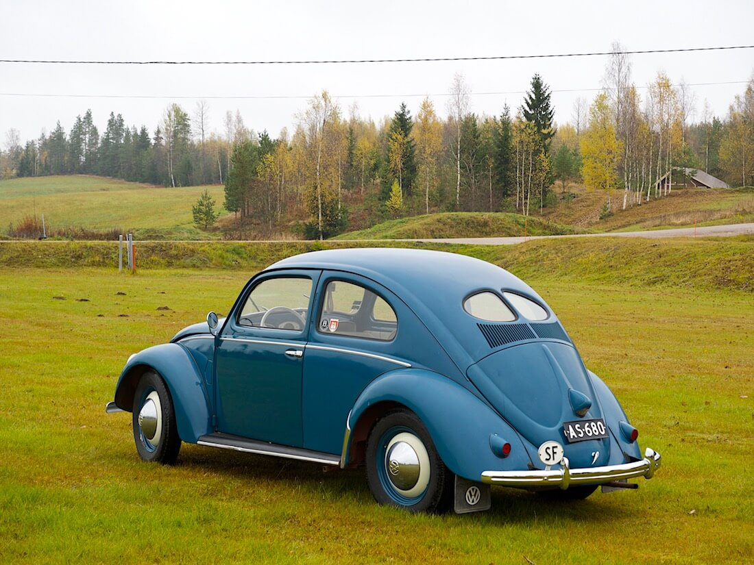 1951 VW kupla maalaismaisemassa