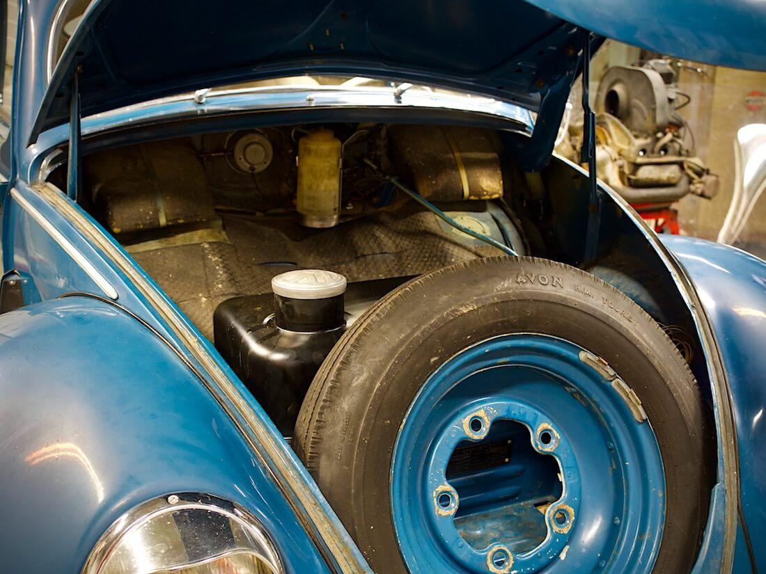 1951 Splittikuplan vararengas ja bensatankki