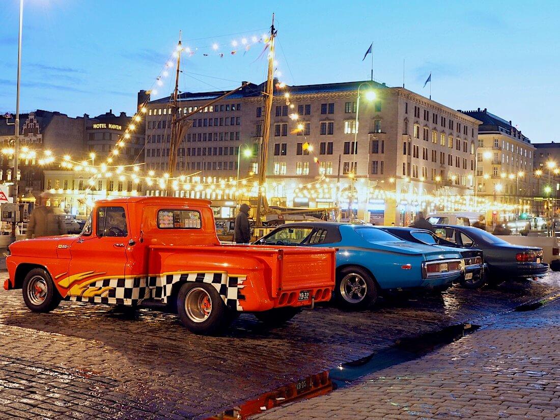 Jenkkiautoja Helsingin kauppatorilla