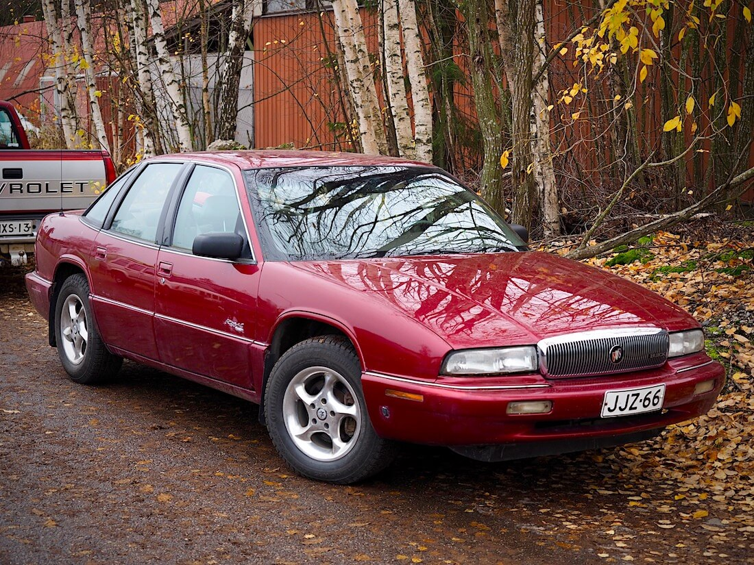 Tumman punainen 1995 Buick Regal 4d Sedan Limited V6