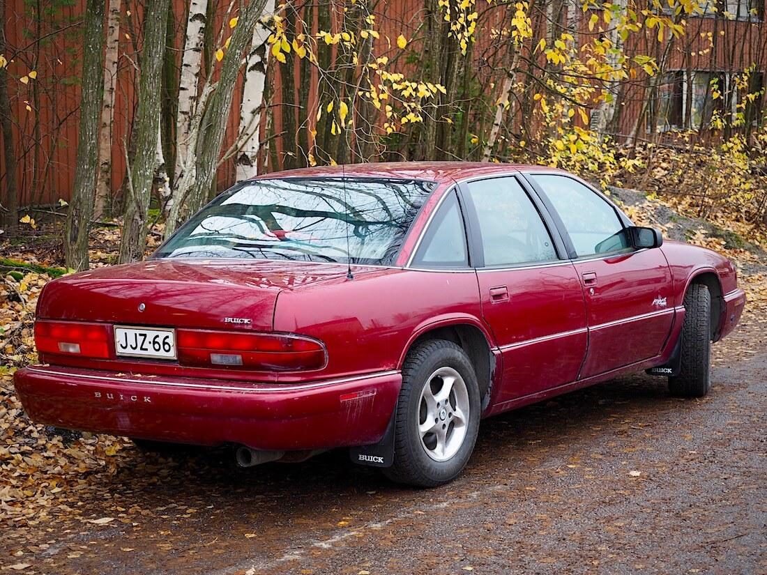 Tumman punainen 1995 Buick Regal 4d Sedan Limited V6 takaa