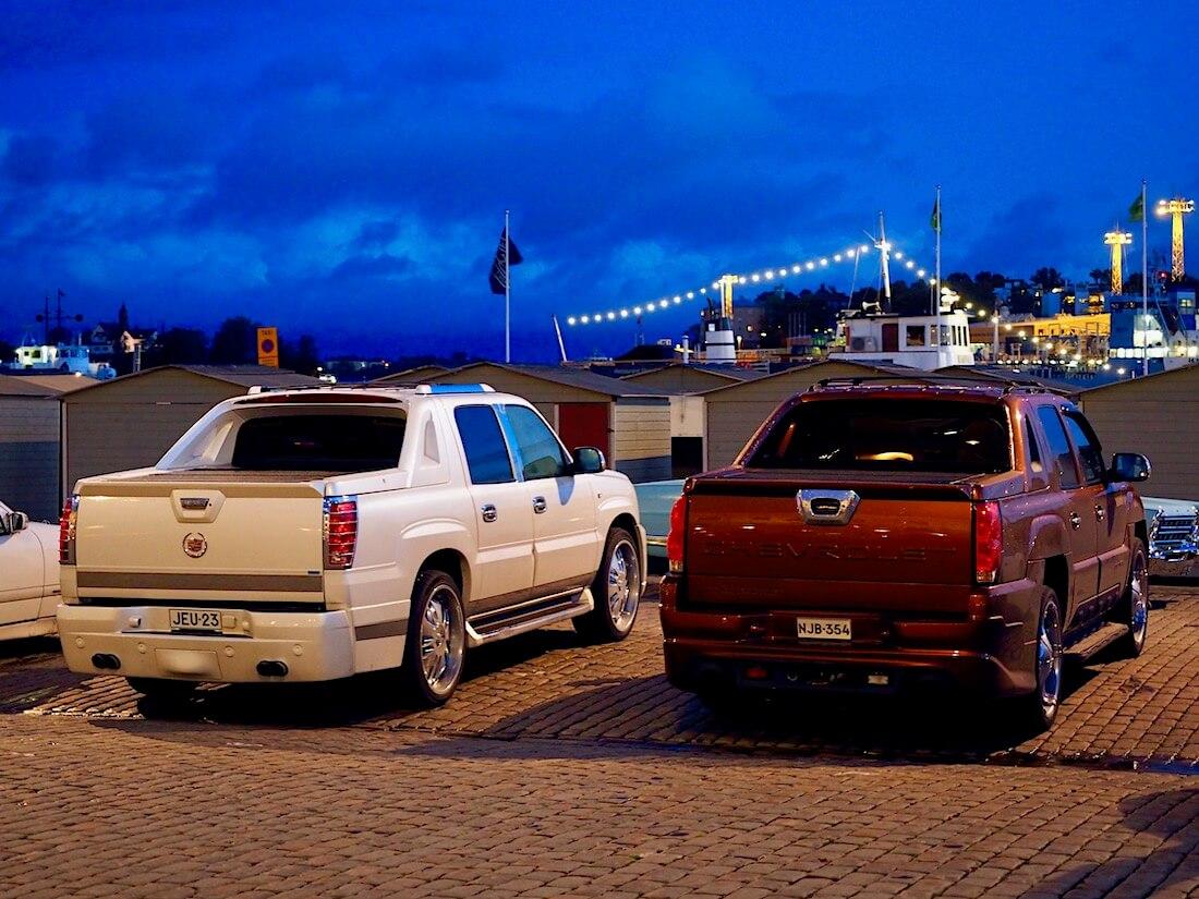 2002 Cadillac Escalade ja 2001 Chevrolet Avalance