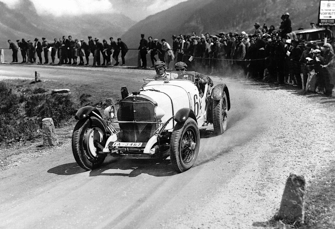 1930 Mercedes Benz SSK ylämäkiajokilpailussa Alpeilla