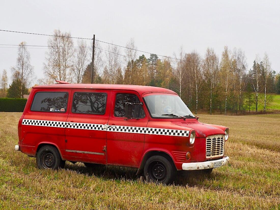 Punainen viitetty 1975 Ford Transit