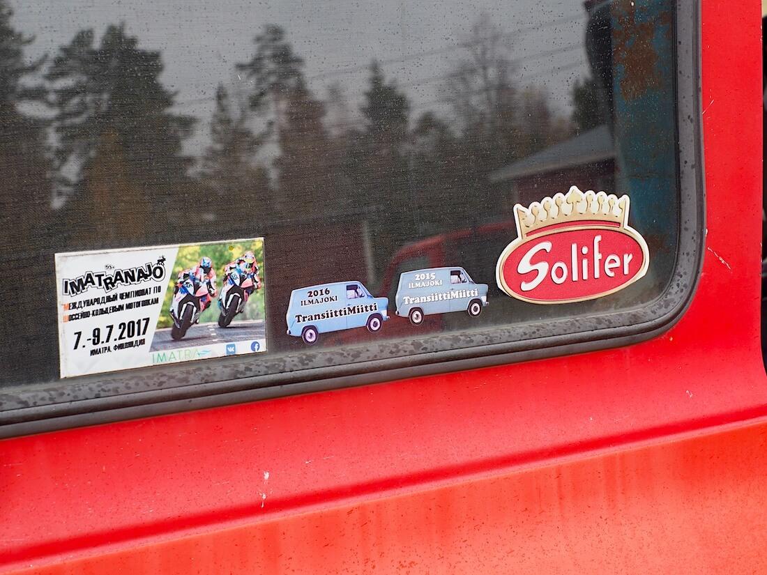 Tarroja Ford Transitin ikkunassa
