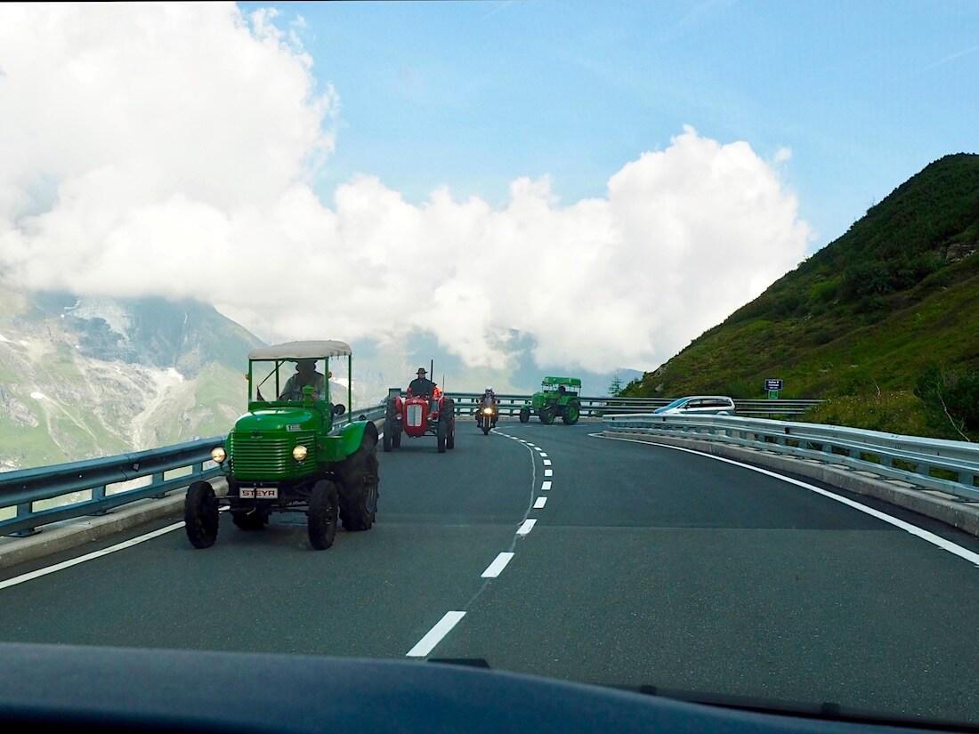 Traktoreita Grossglockner alppitiellä