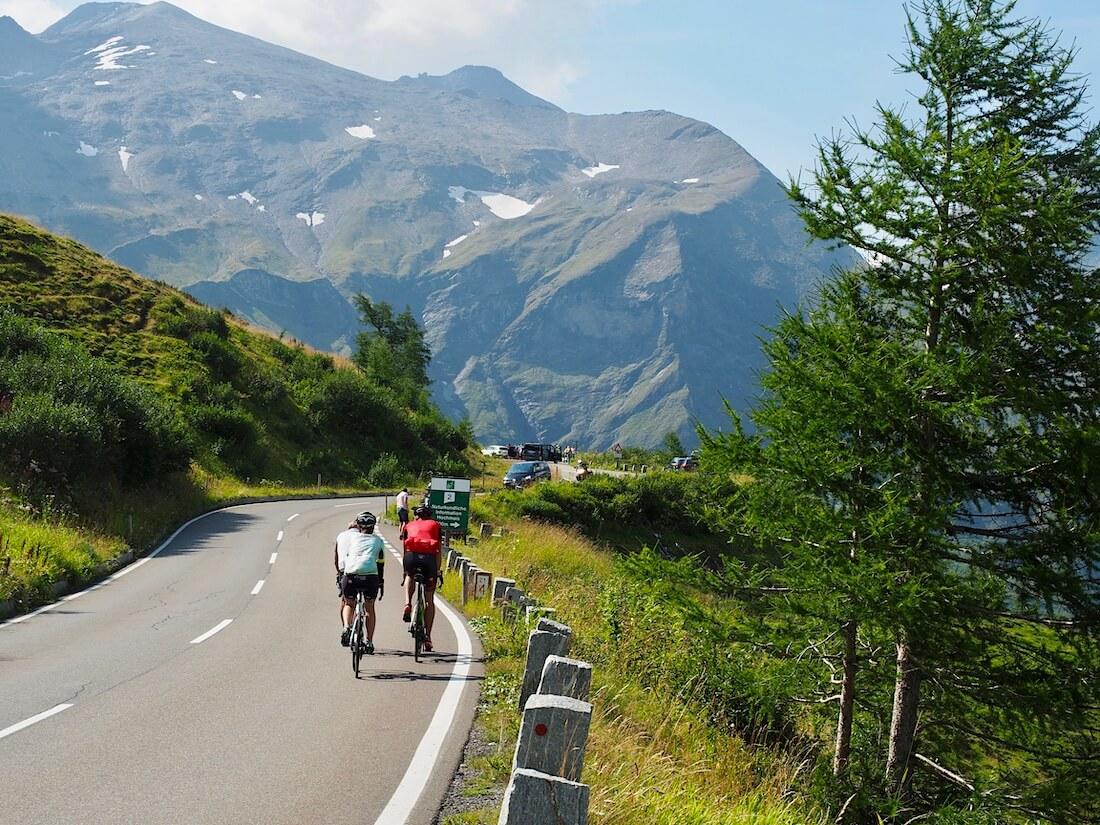 Pyöräilijöitä Grossglockner vuorella