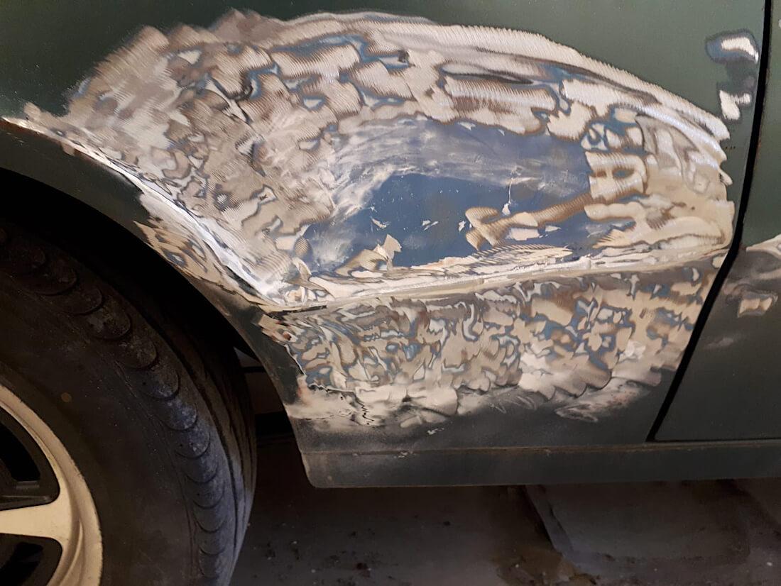Pakkelia Mercury Cougar projektiauton kyljessä