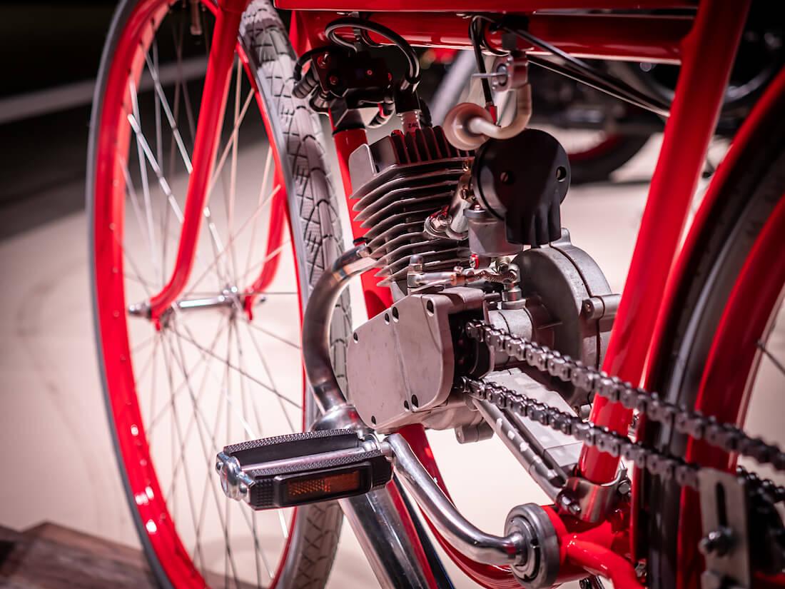 Vanhan moottoripyörän moottori ja polkimet