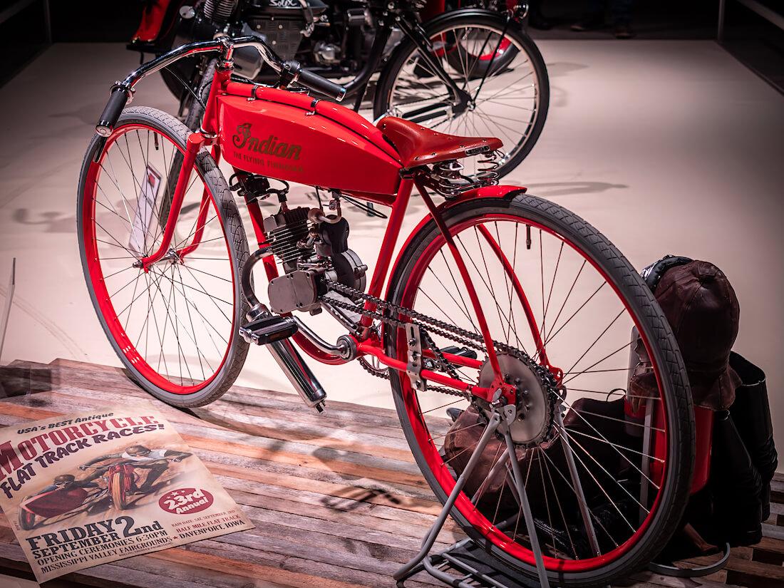 Punainen Indian kilpamoottoripyörä