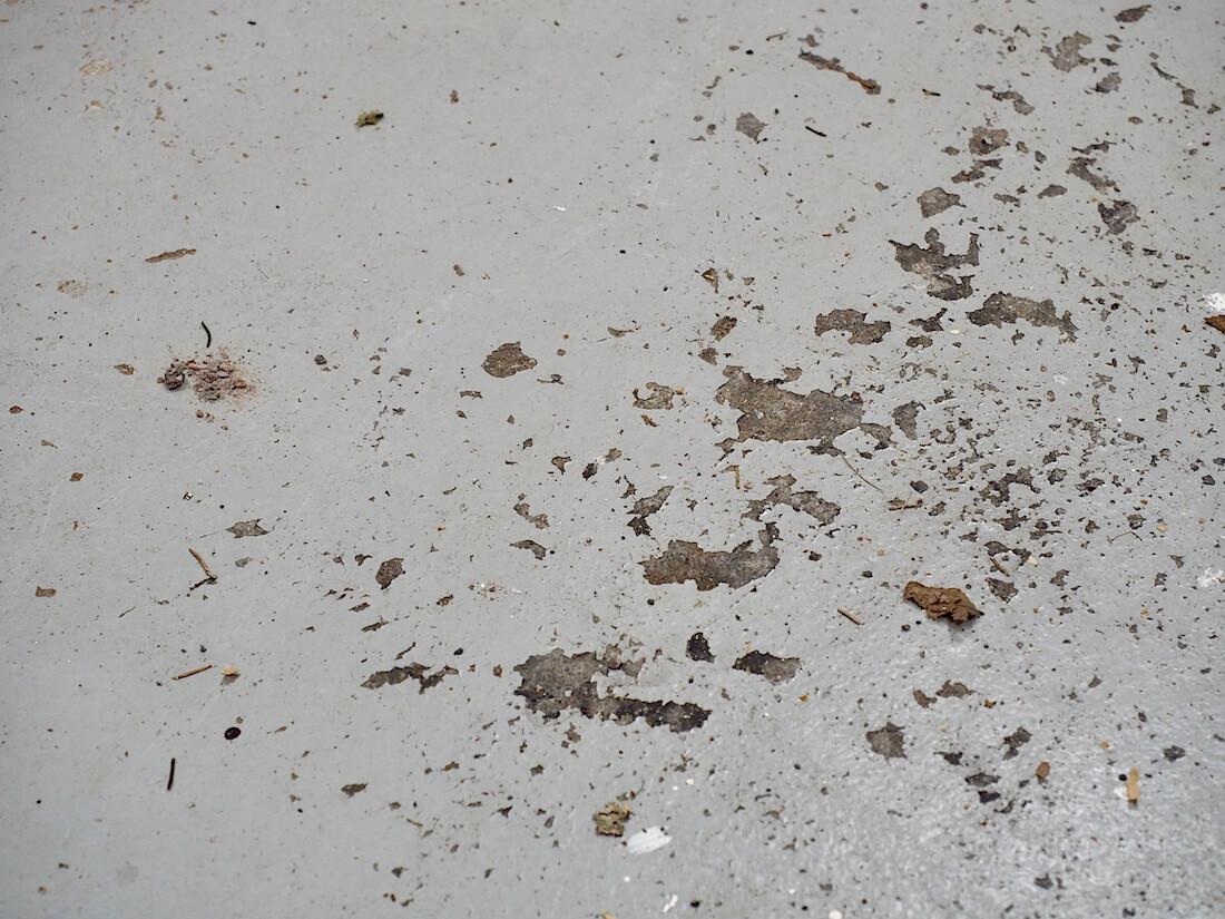 Autotallin betonilattia hilseilee
