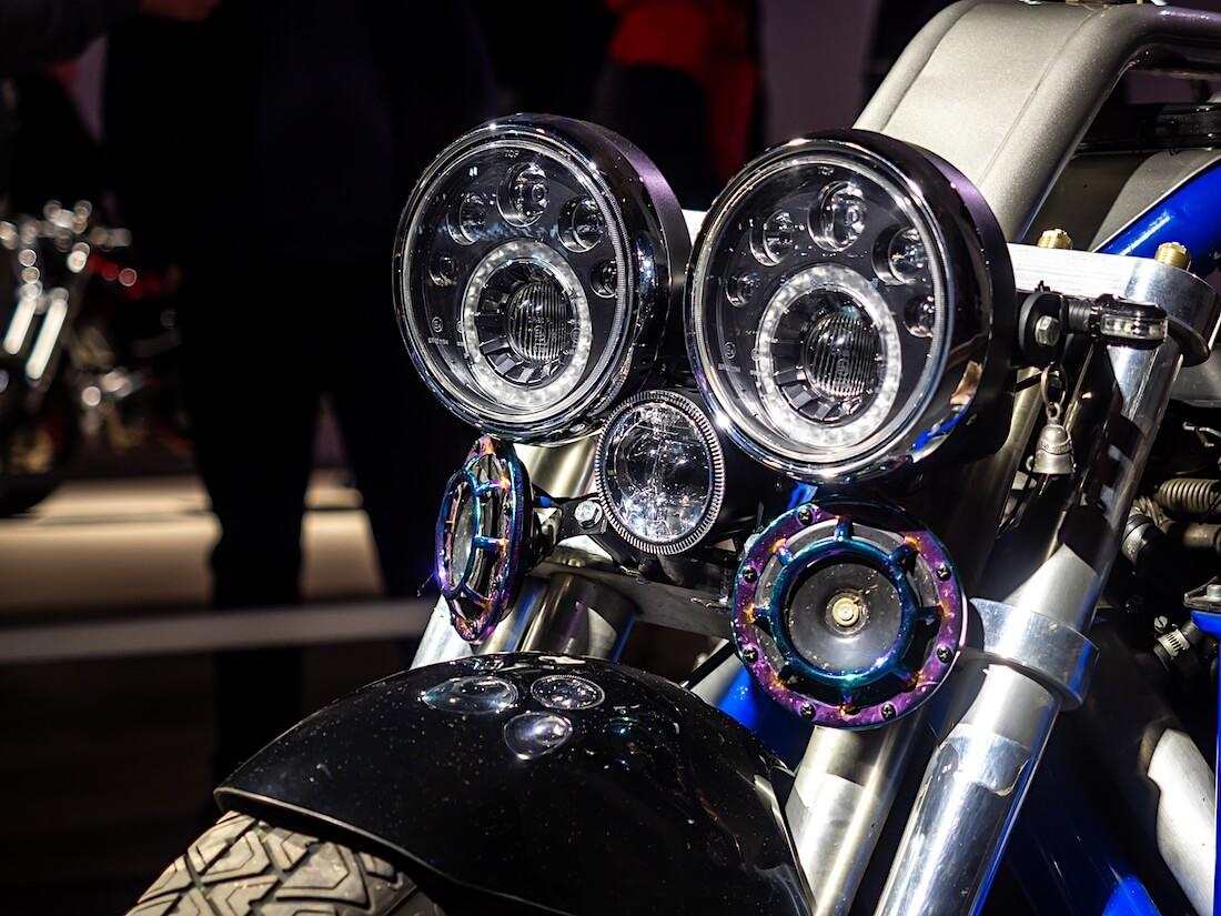 V8-Triken ajovalot ja äänitorvet