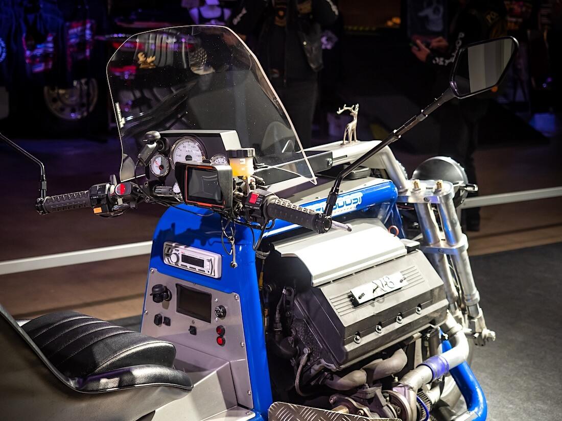 V8 Triken hallintalaitteet ja moottori.