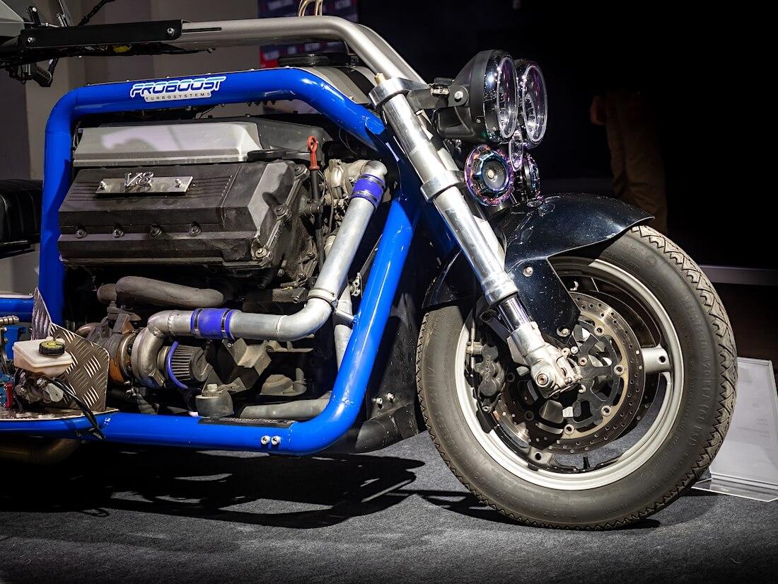 V8-Triken etuakseli ja BMW V8-moottori