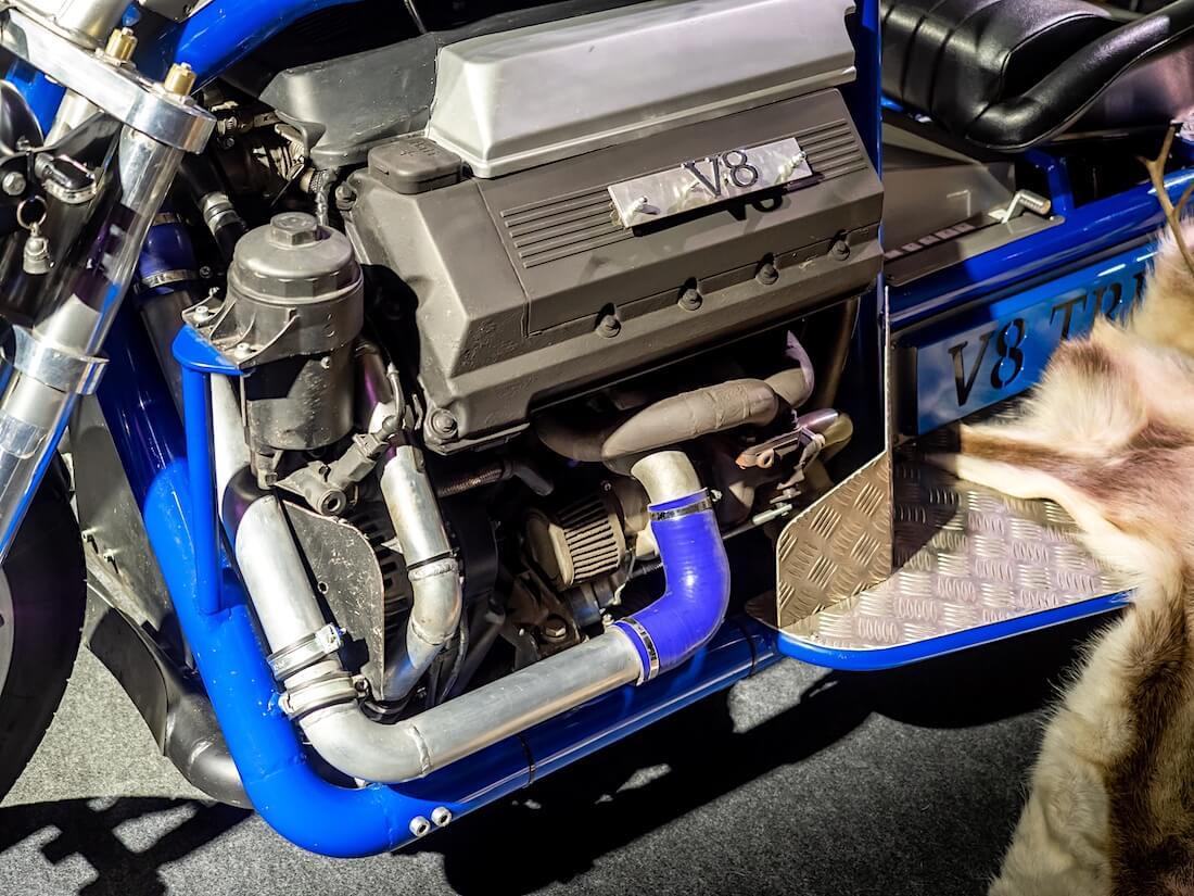 Tupla-ahdettu BMW auton moottori moottoripyörässä.