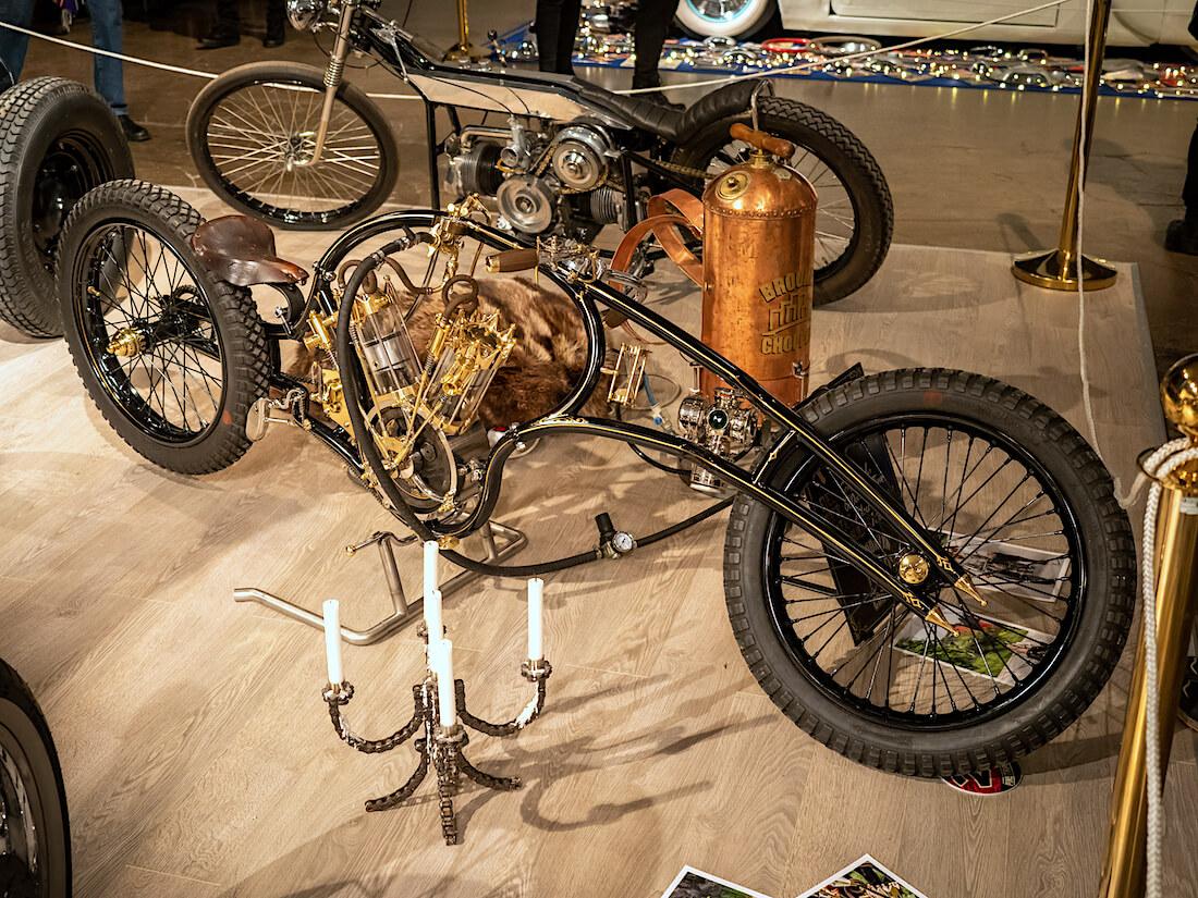 Steampunk-henkinen custom moottoripyörä
