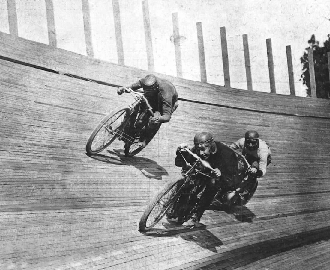 Moottoripyöräkilpailu puuradalla