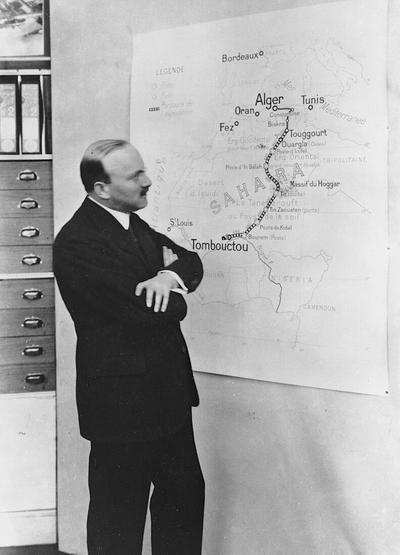 André Citroën tutkii Algerian karttaa.