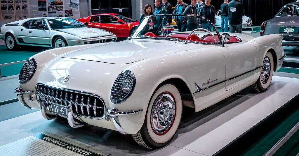 1955 Chevrolet Corvette V8-moottorilla autonäyttelyssä