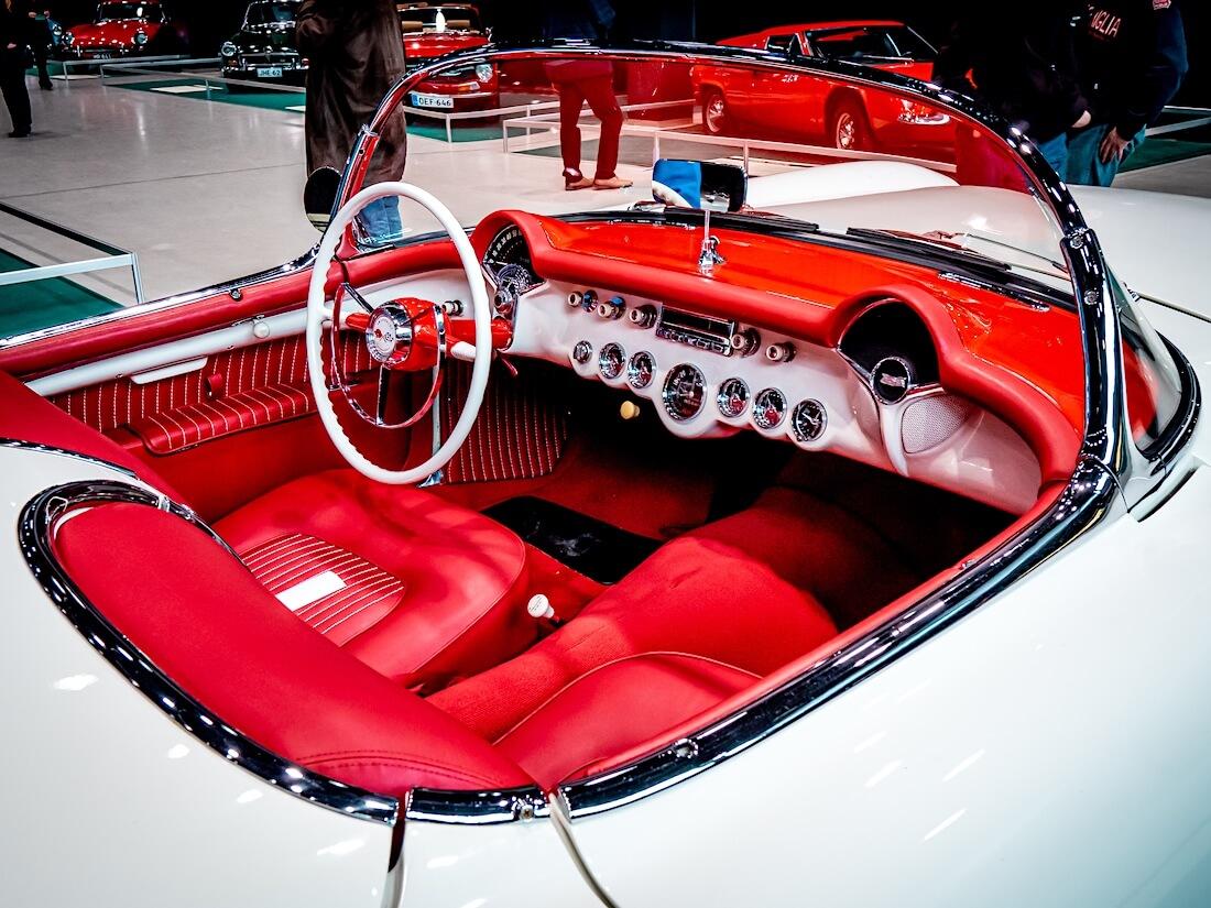 1955 Chevrolet Corvetten punainen nahkasisusta