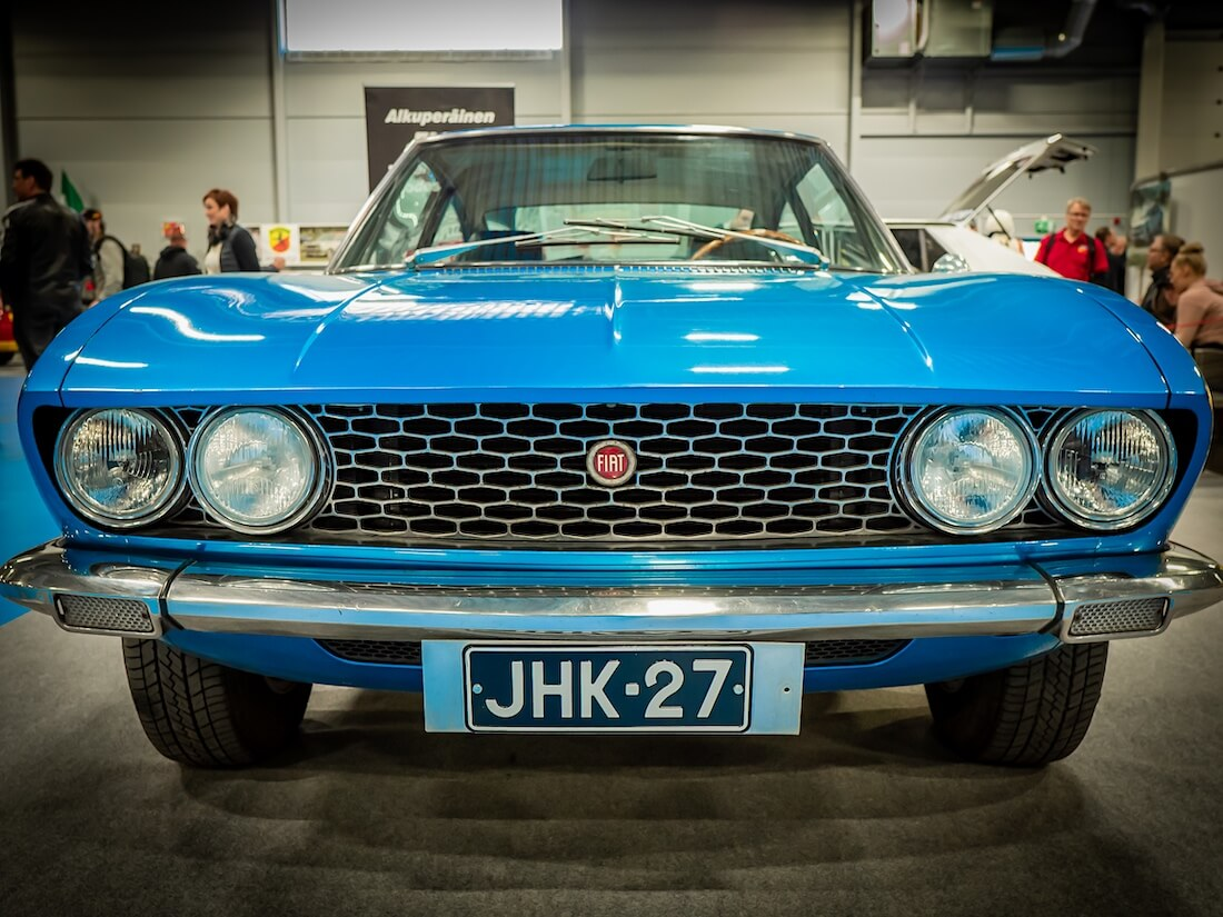 Sininen 1967 Fiat Dino edestä