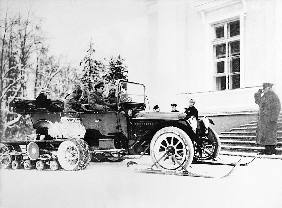 Kegresse puolitelavaunu tsaarin palatsin edessävuonna 1914.