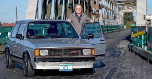 Derek Spratt Golf GTI:n kanssa puisella sillalla.